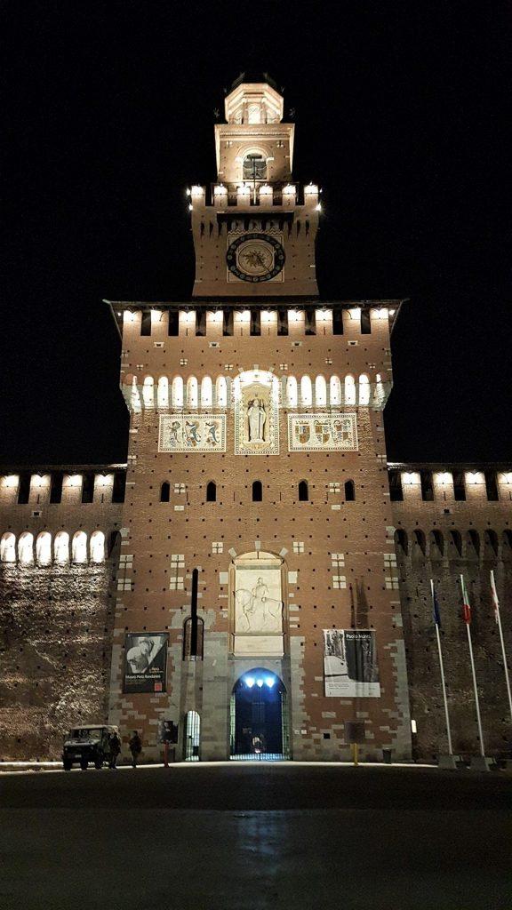 Castel Sforzesco din Milano noaptea